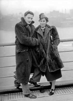 Salvador Dali e Gala posano sullo sfondo del porto di New York, nel dicembre del 1936  (Photo by Apic/Getty Images)