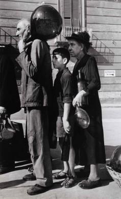 In coda per l'acqua in una via di Napoli, ottobre 1943. Photograph by Robert Capa. © International Center of Photography/Magnum – Collection of the Hungarian National Museum