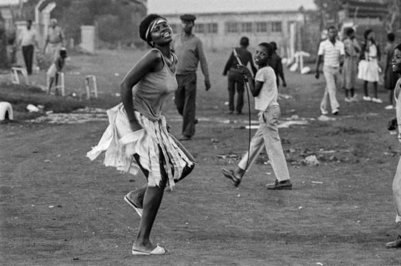 Santu Mofokeng, Comrade-Sister, White City Jabavu (c.1985), dalla serie 'Townships', stampa ai pigmenti © The Santu Mofokeng Foundation, Images courtesy Lunetta Bartz, MAKER, Johannesburg