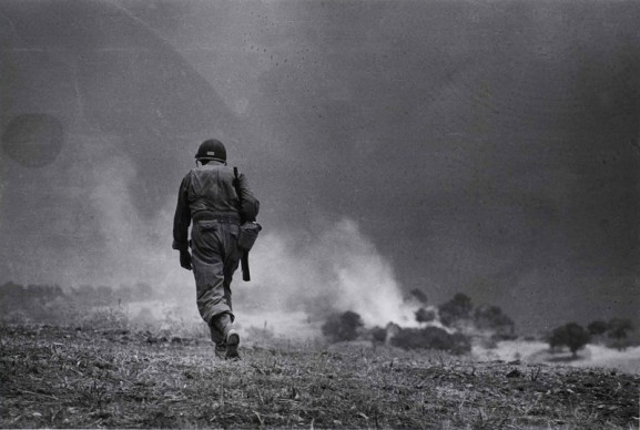 Soldato americano in perlustrazione nei dintorni di Troina, 4-5 agosto 1943. Photograph by Robert Capa. © International Center of Photography/Magnum – Collection of the Hungarian National Museum
