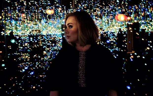 adele canta nella infinity room di yayoi kusama broad museum