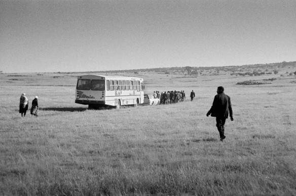 Santu Mofokeng,  Chief More's Funeral, GaMogopa (1989), dalla serie 'Landscapes' stampa ai pigmenti © The Santu Mofokeng Foundation, Images courtesy Lunetta Bartz, MAKER, Johannesburg