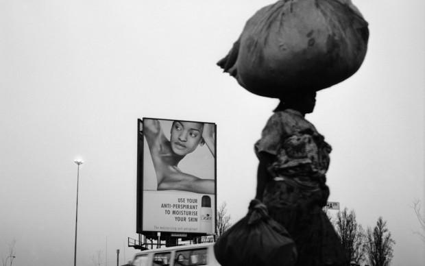 Santu Mofokeng, Dove Lady #4, Orlando East, Soweto (2002), dalla serie 'Billboards', stampa ai pigmenti © The Santu Mofokeng Foundation, Images courtesy Lunetta Bartz, MAKER, Johannesburg