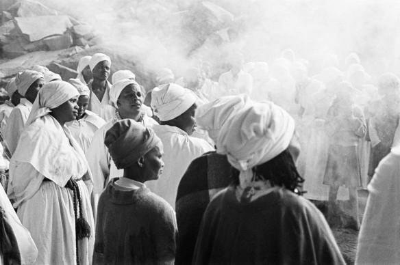 Santu Mofokeng,   Easter Sunday Church Service (1996),  dalla serie 'Chasing Shadows', stampa ai pigmenti © The Santu Mofokeng Foundation, Images courtesy Lunetta Bartz, MAKER, Johannesburg