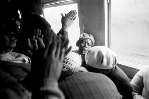 "Santu Mofokeng,  Hands in Worship, Johannesburg-Soweto Line, 1986, dalla serie ""Train Church"", stampa ai pigmenti © The Santu Mofokeng Foundation, Images courtesy Lunetta Bartz, MAKER, Johannesburg"