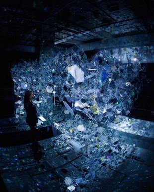 """AGC Asahi Glass, Amorphous, Superstudio Più, Milano  Il progetto intende ridefinire l'immagine tradizionale del vetro, ispirandosi al concetto di """"amorfo"""", una struttura molecolare priva di una forma definita. Lo spazio consente al visitatore di vivere un'esperienza unica all'interno di un ambiente vitreo leggero, libero e carico di espressività."""