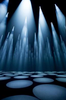 Sou Fujimoto x COS, Forest of Light, Cinema Arti, Milano  L'installazione 'Forest of Light' esplora i concetti di interazione e prospettiva; lo spazio buio è illuminato da altissimi coni di luce, pensati per interagire con i movimenti dei visitatori. Una colonna sonora creata ad hoc, una sottile coltre di nebbia e pareti di specchi contribuiscono a conferire profondità a uno spazio in cui le luci dei riflettori diventano alberi astratti di una mutevole foresta di luce.