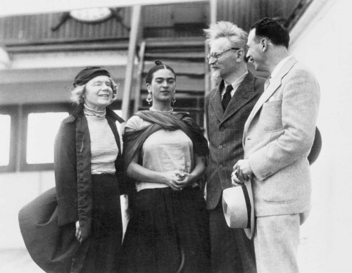 Il marxista Leon Trotsky con la sua seconda moglie Natalia Sedova, accolti da Frida Kahlo e dall'attivista Max Shachtman al loro arrivo a Tampico, in Messico, nel 1937 (Photo by Fine Art Images/Heritage Images/Getty Images)