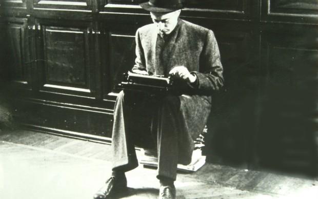 Indro Montanelli in una foto storica, al ritorno da Budapest nel 1956.