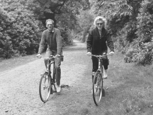 Arthur Miller e Marilyn Monroe in bicicletta a Windsor Park, a Londra, nell'agosto del 1956 (Photo by Mondadori Portfolio via Getty Images)