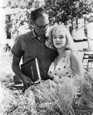 Arthur Miller e Marilyn Monroe sul set de 'Gli spostati', del 1961 (Photo by United Artists/Getty Images)