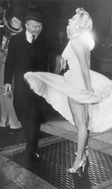 Marilyn Monroe con il regista Billy Wilder sul set di 'Quando la moglie è in vacanza' (Photo by Hulton Archive/Getty Images)