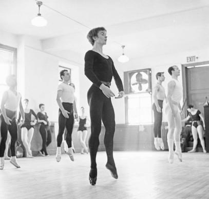 Rudolf Nureyev durante una prova all'American Ballet Theatre, nel gennaio del 1962  (Photo by Jack Mitchell/Getty Images)