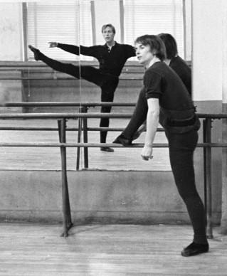 Rudolf Nureyev ed Erik Bruhn provano assieme presso l'American Ballet Theatre, nel gennaio del 1965 (Photo by Jack Mitchell/Getty Images)