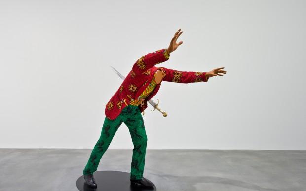 Yinka Shonibare, MBE, Impaled Aristocrat, 2013, manichino in fibra di vetro, cotone olandese stampato, pelle, spada, orologio da tasca, basamento in acciaio. Londra, courtesy Yinka Shonibare e Blain|Southern Gallery