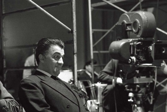 Federico Fellini davanti alla cinepresa, sul set de La dolce vita, nel 1959 (Photo by Mario De Biasi/Mondadori Portfolio via Getty Images)