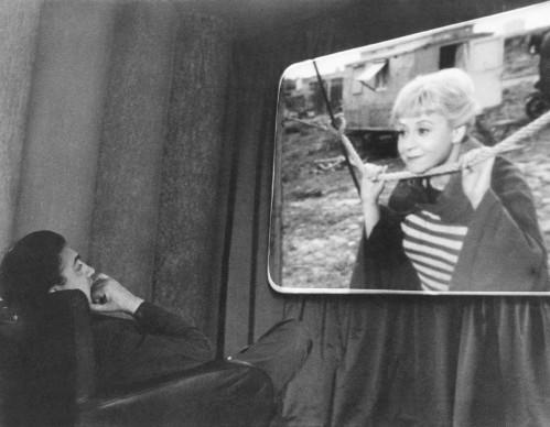 Federico Fellini guarda l'interpretazione della moglie Giulietta Masina nel film La strada  (Photo by Archiv Paolo Costa/ullstein bild via Getty Images)