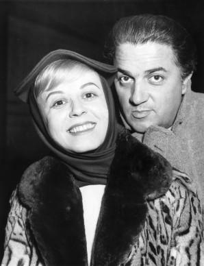 Federico Fellini e Giulietta Masina al loro arrivo a Londra, per la proiezione de La strada (Photo by Keystone-France/Gamma-Keystone via Getty Images)