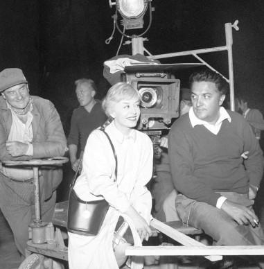 Federico Fellini e Giulietta Masina sul set de Le notti di Cabiria, nel 1957 (Photo by Mondadori Portfolio via Getty Images)