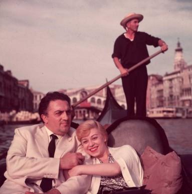 Federico Fellini e Giulietta Masina in un romantico giro in gondola, nella laguna di Venezia, a metà degli anni Cinquanta  (Photo by Hulton Archive/Getty Images)