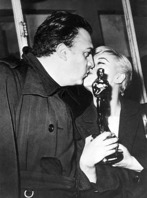 Un bacio tra Federico Fellini e Giulietta Masina per celebrare l'Oscar al miglior film straniero vinto da La strada nel 1957 (Photo by ullstein bild/ullstein bild via Getty Images)