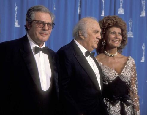 Marcello Mastroianni, Federico Fellini e Sophia Loren alla 65esima edizione degli Oscar, nel marzo del 1993 a Los Angeles (Photo by Ron Galella, Ltd./WireImage)
