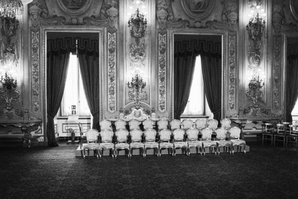 Gianni Cipriano, Roma, aprile 2013. Palazzo del Quirinale. Le poltrone dei ventuno ministri prima dell'inizio della cerimonia di giuramento del Governo Letta, 2013