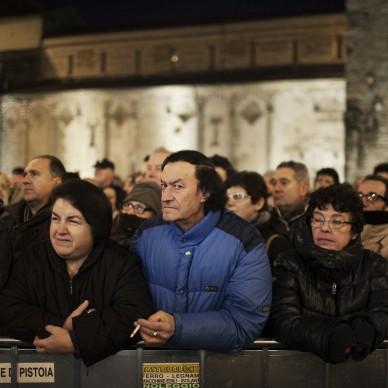 """Simone Donati, Pistoia, Gennaio 2013. Lo """"Tsunami Tour"""", la campagna elettorale del Movimento 5 Stelle, guidato dal comico Beppe Grillo. Supporters del Movimento assistono all'intervento di Beppe Grillo, 2014"""