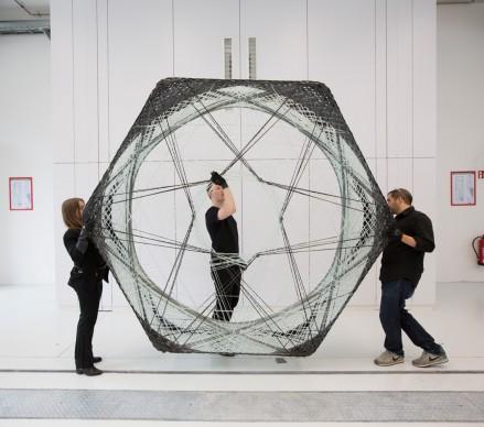 Achim Menges e Jan Knippers al lavoro su un elemento dell'Elytra Filament Pavilion (c) (c) Victoria and Albert Museum, London