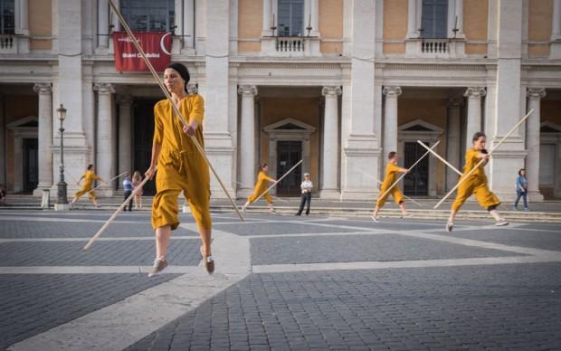 Bryony Roberts, Corpo Estraneo, performance in piazza del Campidoglio, Roma, 2016, con la collaborazione di American Academy in Rome