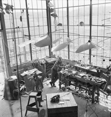 Alexander Calder nel suo studio, 1941.  Photography by Herbert Matter © 2016 Calder Foundation, New York / ProLitteris, Zurich Photo: © Herbert Matter, Courtesy Calder Foundation, New York / Art Resource, New York / ProLitteris, Zurich