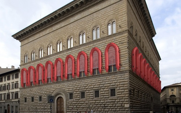 Firenze Palazzo Strozzi Reframe/Nuova cornice, 2016, PVC, policarbonato, gomma, cm 650 x 325 x 75 ciascuno (22 gommoni di salvataggio). Courtesy Ai Weiwei Studio