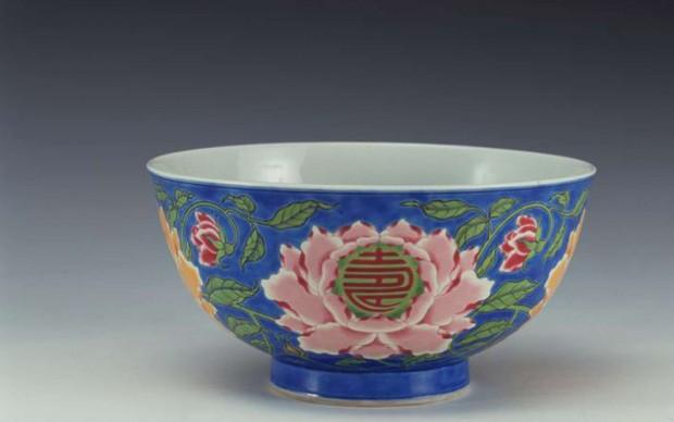 Tazza con motivi di fiori e rose cinesi a smalti falangcai Dinastia Qing, era Kangxi (1662-1722) - Altezza 7,5 cm, diametro bocca 14,7 cm, diametro base 6,7 cm - Shanghai Museum