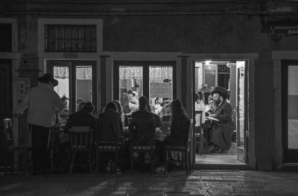 Ferdinando Scianna, Cena di Shabbat nella sede del gruppo Chabad-Lubavitch © Ferdinando Scianna / Magnum Photos