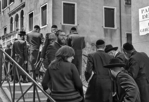 Ferdinando Scianna, Visitatori di una comunità ebraica americana attraversano il ponte del Ghetto Vecchio © Ferdinando Scianna / Magnum Photos