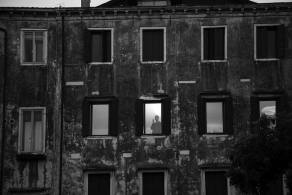 Ferdinando Scianna, Meditazione notturna in Ghetto Nuovo © Ferdinando Scianna / Magnum Photos