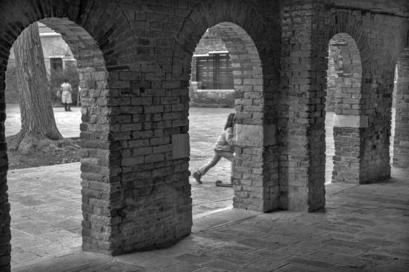 Ferdinando Scianna, Le arcate dentro le quali è ospitato il banco rosso © Ferdinando Scianna / Magnum Photos