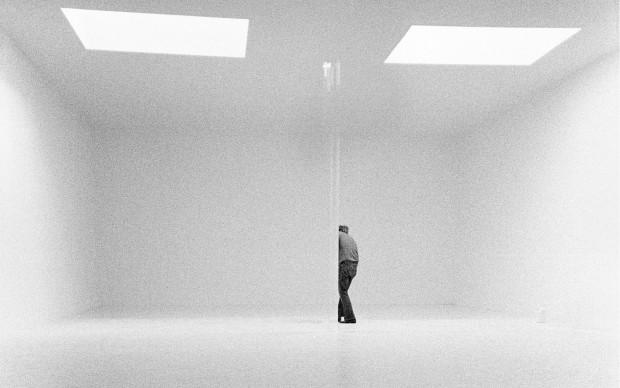Robert Irwin in Venice Studio 1970 / disappearing behind prism
