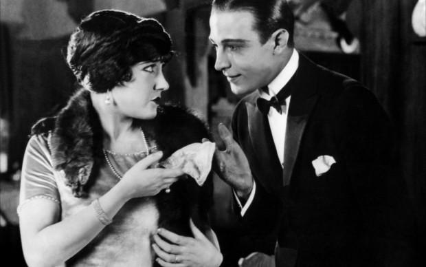 Gloria Swanson e Rodolfo Valentino in una scena del film L'età di amare, regia di Sam Wood, 1922