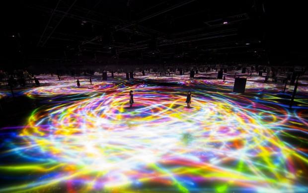 teamlab drawing on water surface stagno carpe koi virtuali luci