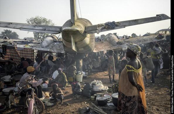 Un campo profughi vicino all'aeroporto M'Poko di Bangui, con circa 1000 sfollati interni che si sono rifugiati in questo luogo per la presenza dell'esercito francese nelle vicinanze. © William Daniels/Panos Pictures