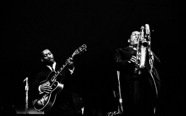 John Coltrane e Wes Montgomery al Monterey Jazz Festival del 1961, photo by Jim Marshall