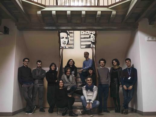 Source: il gruppo di lavoro con Roberto Rubini, photo BlackMagic Production