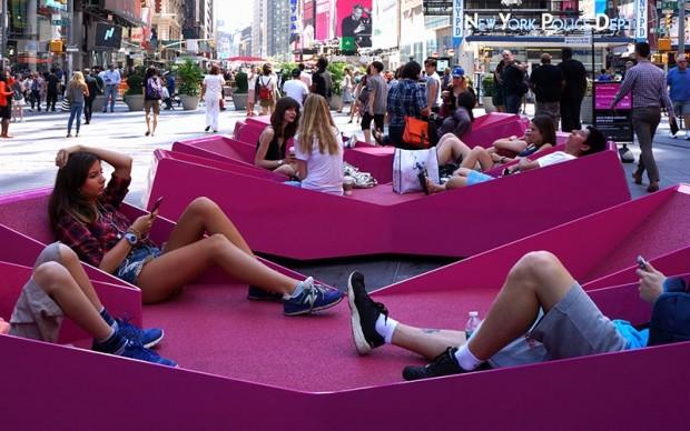 xxx times square with love installazione urbana divani new york