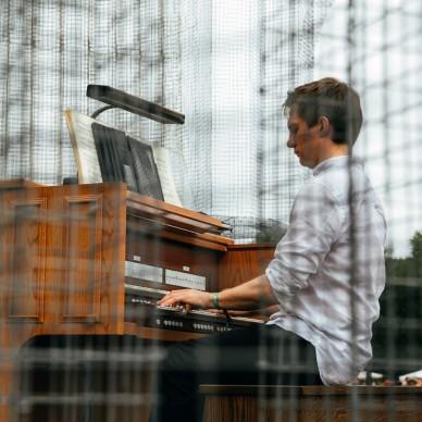 La performance di James Mc Vinnie all'Eaux Claires Festival nella scultura Baroque di Edoardo Tresoldi @ Scotify