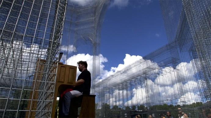 La performance di James Mc Vinnie all'Eaux Claires Festival nella scultura Baroque di Edoardo Tresoldi @ Nicola Formicola