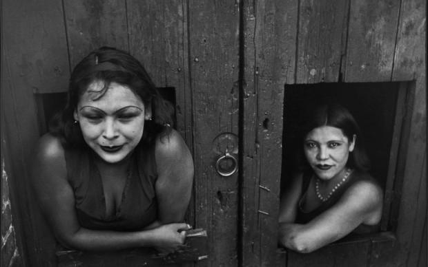 Henri Cartier-Bresson, Prostitute. Calle Cuauhtemoctzin, Città del Messico, Messico 1934 © Henri Cartier-Bresson / Magnum Photos