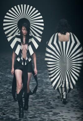 Le creazioni dello stilista Gareth Pugh alla Mercedes-Benz China Fashion Week
