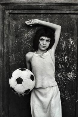 Letizia Battaglia, La bambina con il pallone, quartiere la Cala, Palermo, 1980. Courtesy l'artista