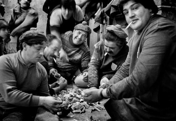 Letizia Battaglia, La conta. Dopo la Processione dei Misteri gli uomini contano i soldi delle offerte, Trapani, 1992. Courtesy l'artista
